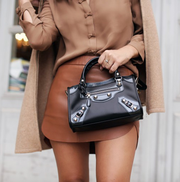 Brown tones set of by the bag. Via Marianna Hewitt