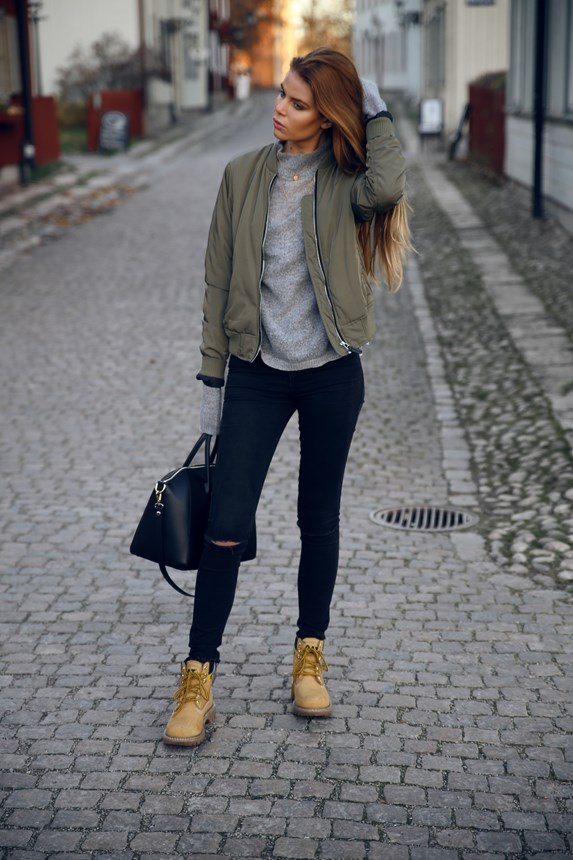 Wear a bomber jacket over an extra long sleeved sweater to recreate Josefin Ekström's casual look.   Jacket: Lager 157, Sweater: Gina Tricot, Shoes: Scorett, Bag: Chiquelle, Necklace: Jane Koenig.