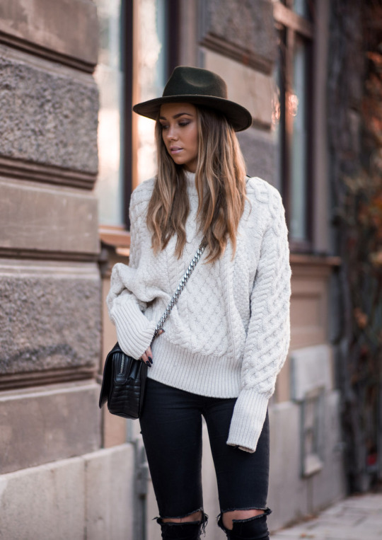 Wear the extra long sleeves trend with ripped jeans and a cross body bag to recreate Lisa Olsson's cute winter look. A wide brimmed hat will also add a degree of individuality and originality to your outfit, so don't be afraid to try it! Hat: ASOS. Jeans: Topshop, Sweater/Bag: Zara. Shoes: Isabel Marant.