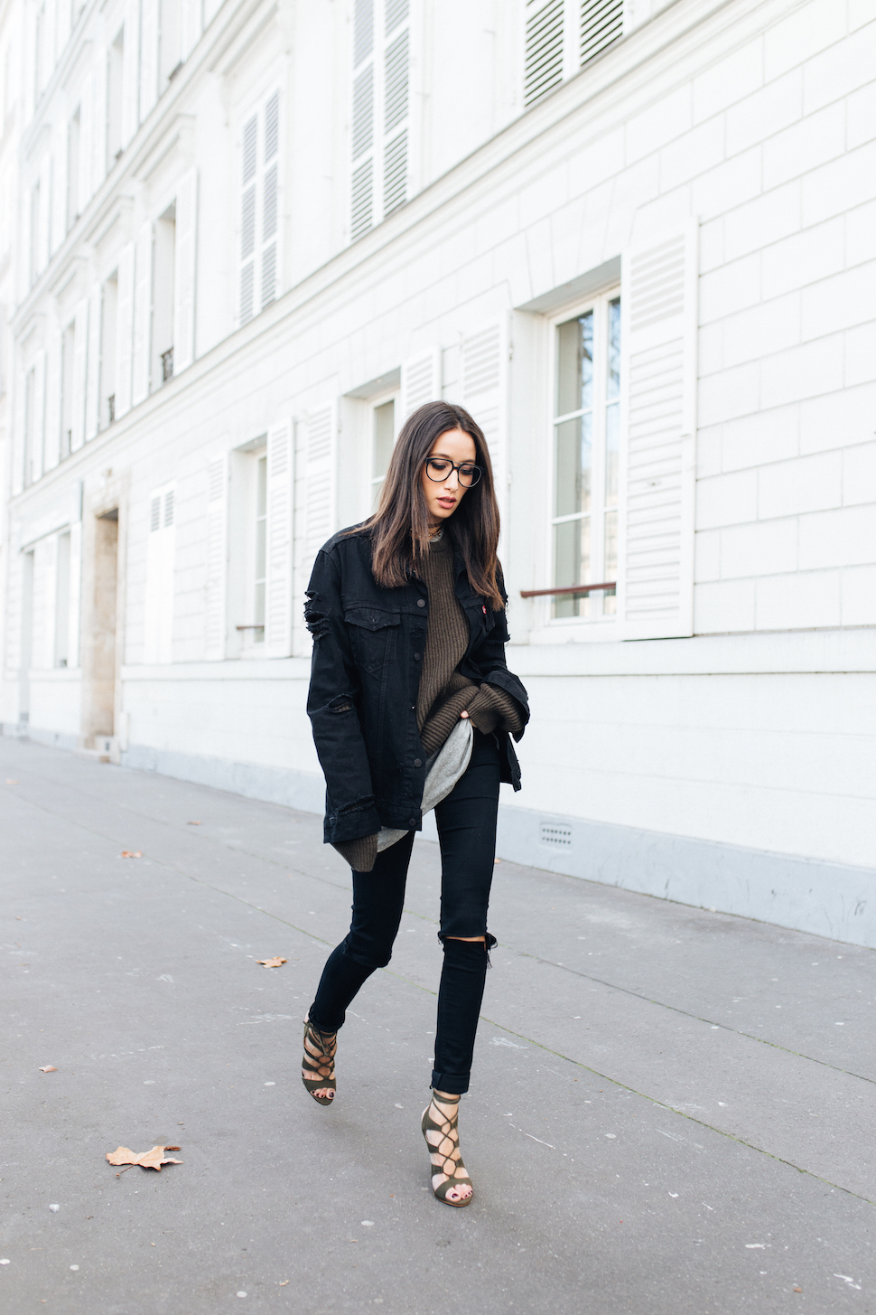 Jump on board the stunning extra long sleeves trend by wearing an oversized sweater this winter, like Alexandra Guerain. This look is perfect for every day wear, and can be dressed up or down with heels or flats! Top/Jeans: Levi's, Jacket: Carhartt, Tee: Uniqlo, Shoes: Asos.