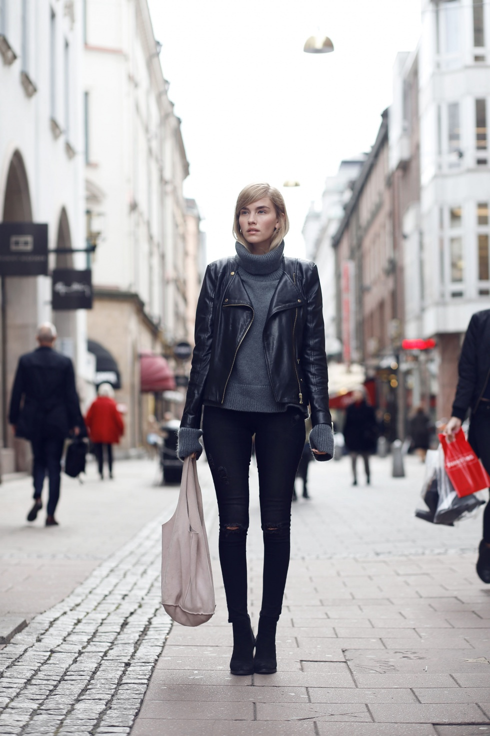 Elsa Ekman wears an extra long sleeve polo neck pullover with a gorgeous leather jacket and simple black jeans. Jacket: Mango, Polo/Bag Hunkydory, Jeans: Cheap Monday, Shoes: Zalando.