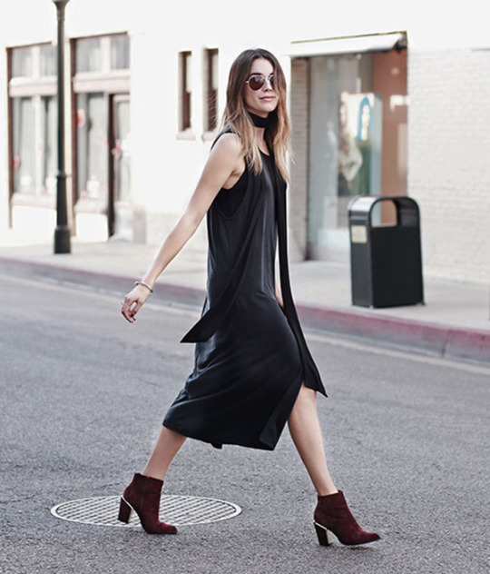 Brittany Xavier wears a black skinny scarf with a slit-detailed midi dress and ankle boots. Dress: Forever 21, Scarf: Zara, Booties: Aldo, Crossbody: Liebeskind.