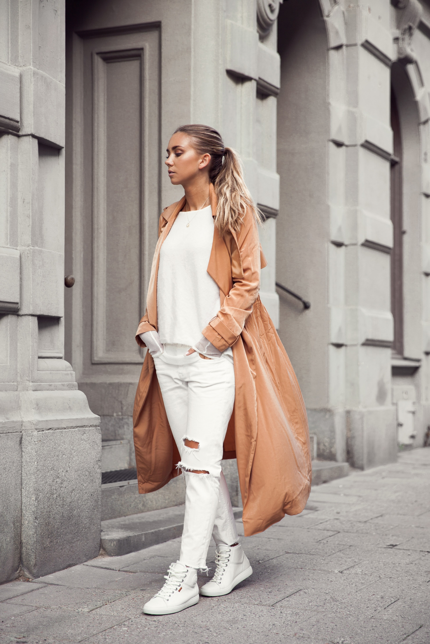 Lisa Olsson rocks terracotta in this gorgeous trench coat. Jeans: H&M, Trench: ASOS.