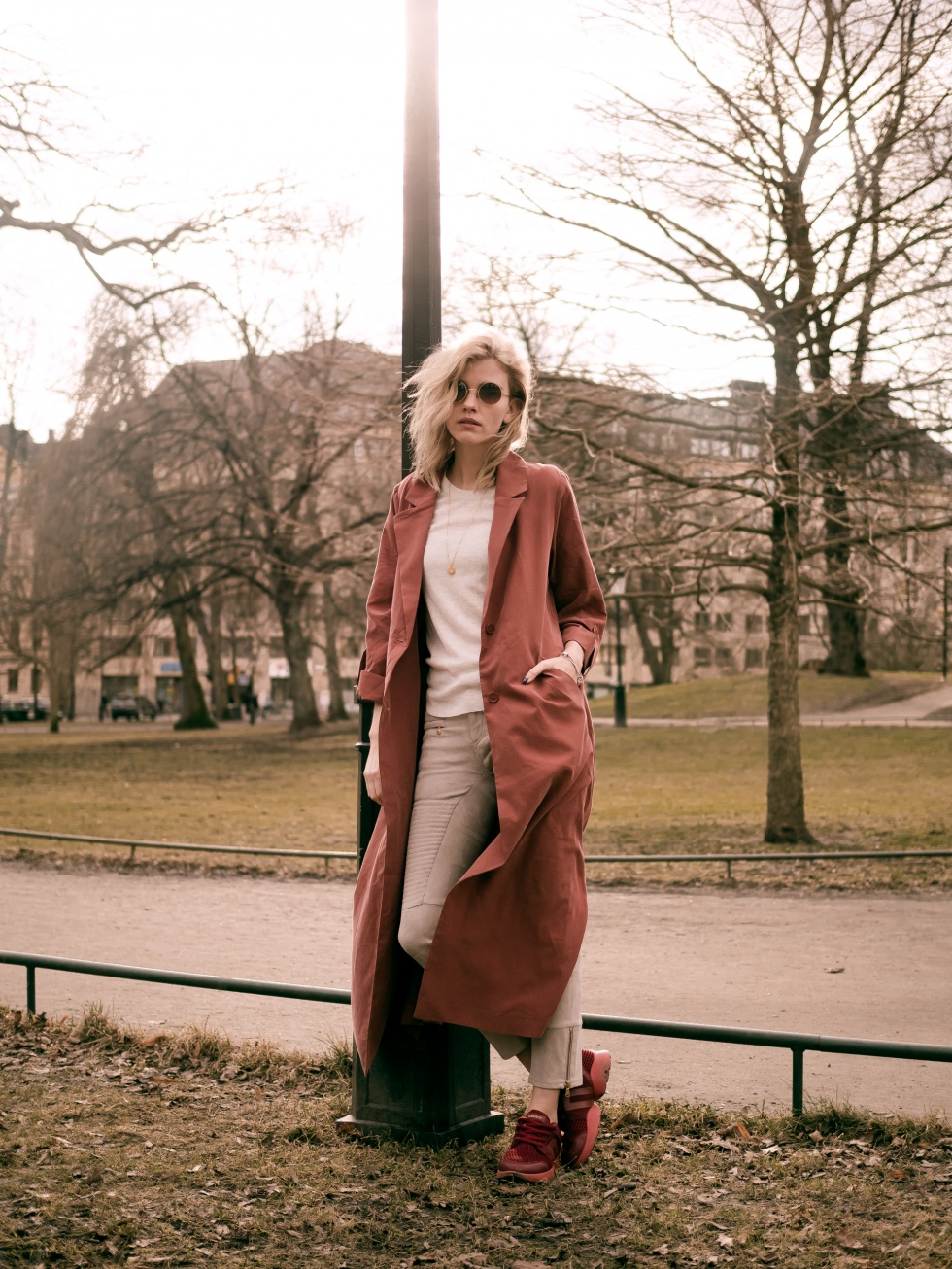 If you're looking for an authentic spring style, try embracing the Terracotta Rust trend! Elsa Ekman shows us how effective this understated colour can be, creating a gorgeous look in this rust maxi coat worn with matching sneakers. Trench: Monki, T-Shirt: Weekday, Trousers: Hunkydory, Shoes: DKNY.
