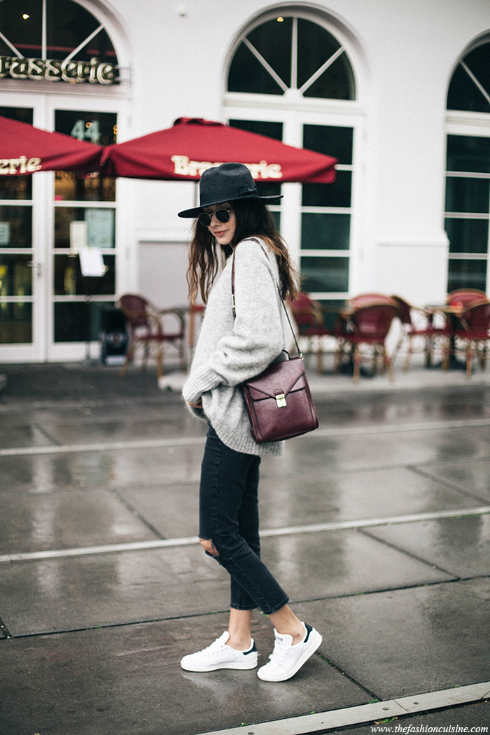 For an individual and stylish every day look, try wearing an oversized knit sweater over black denim jeans and casual sneakers. A vintage hat and bag can add edge to the look, as demonstrated here worn by Beatrice Gutu. Sweater: H&M, Jeans: Asos, Sneakers: Adidas, Hat: Brixton.