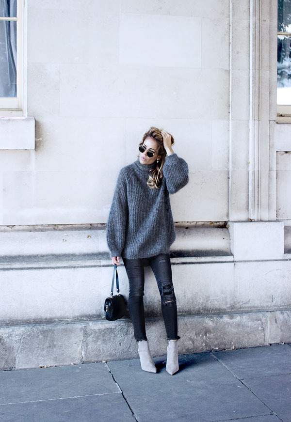 This oversized grey knitted sweater looks great worn with ultra skinny ankle jeans and trendy heeled boots. All grey is a definite trend this fall. Via Isabel Sellés. Sweater: Cos,Jeans: H&M, Boots: Zara.