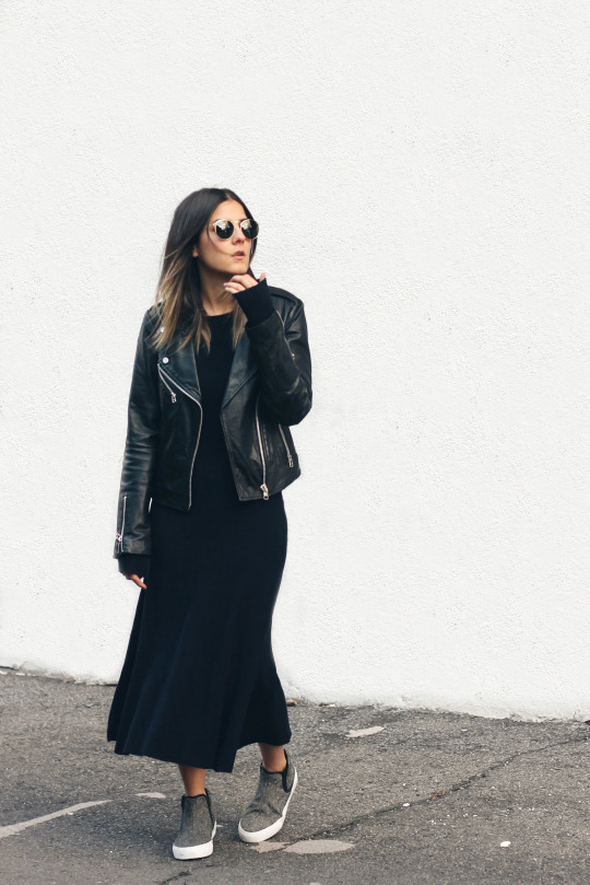 Try wearing a maxi sweater dress with casual sneakers and a leather jacket to get the simplistic sophistication achieved here by Elif Filyos Tezer. Dress: Zara, Sneakers: ASOS, Leather Jacket: Mango.
