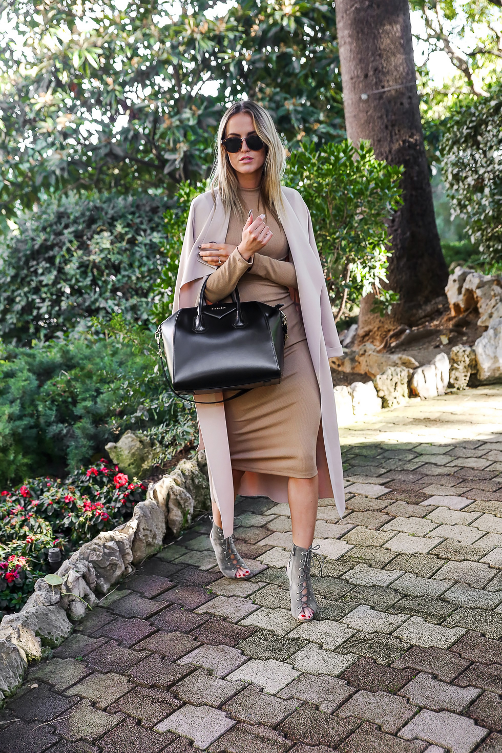 The nude trend never goes out of fashion. Kristin Sundberg wears a classic bodycon midi dress with open toe sandals and a matching overcoat. Try the look with nude tights in the coming winter months. Dress: Missy Empire, Jacket: Morena Fash, Shoes: Lamoda, Bag: Givenchy.