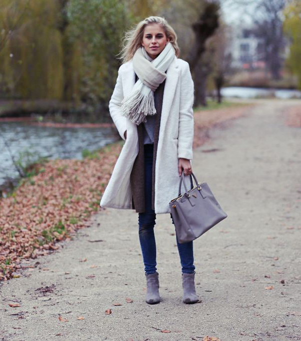 This white coat is ideal for winter walks, and looks great paired with a matching oversized scarf and casual denim jeans. Caroline Daur shows us the perfect mix of sleekness and sophistication in this outfit. Coat: MSGM, Jeans: Levi's, Bag: Zara, Shoes: Ash.