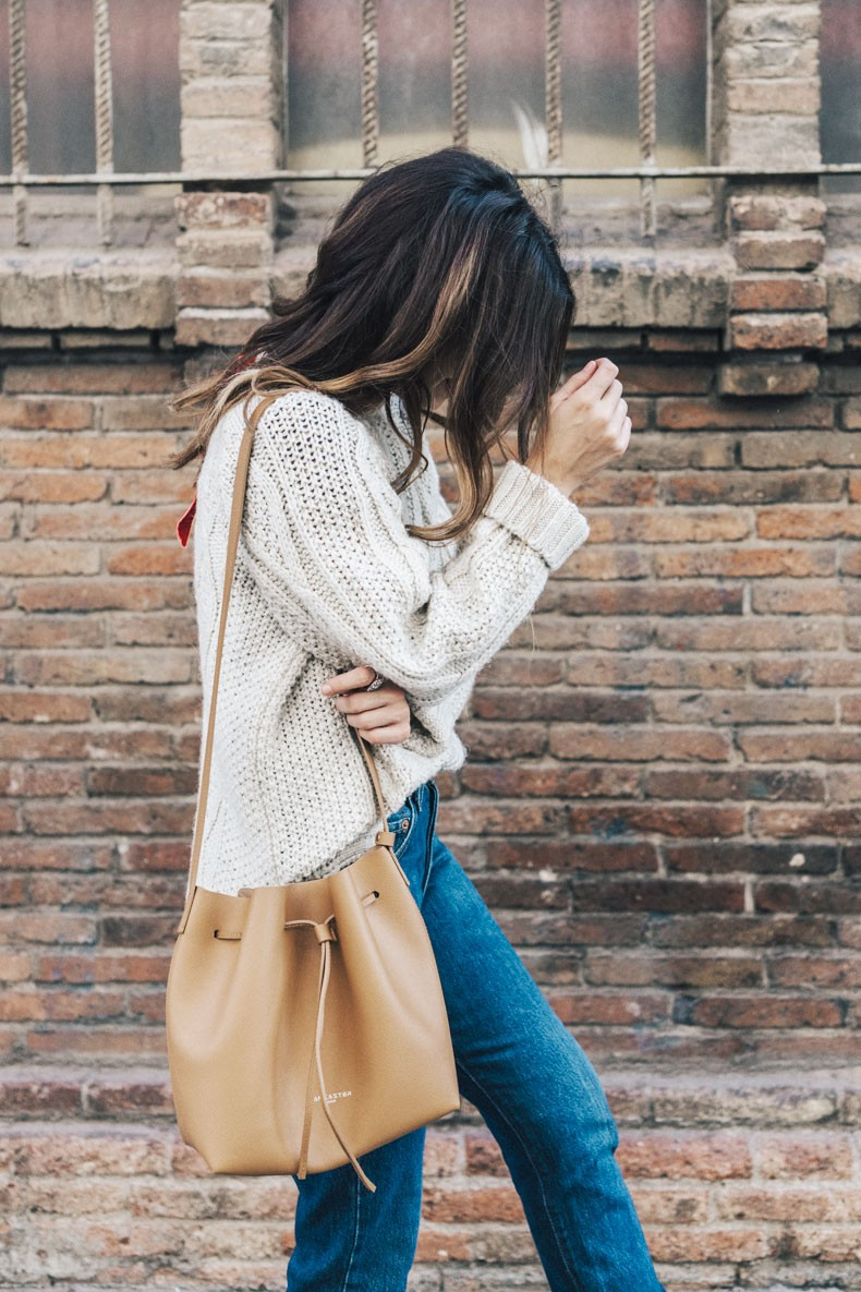 Wear simple knitwear with jeans this winter and get that unrivalled comfortable, cosy, and casual look. Sara Escudero wears the style with a leather satchel, a kooky and cute addition. Jersey: Old, Jeans: Levi's Vintage, Bag: Lancaster Paris.