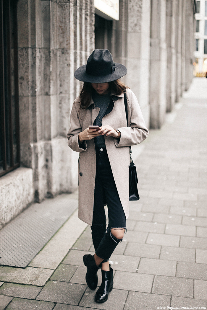 Try a more vintage style by wearing a retro rain mac and a wide brim fedora with your casual outfit. Beatrice Gutu wears this look with ripped jeans and patent Chelsea boots, overall a stylish and cool outfit. Coat/Jeans: Asos, Knit/Boots: Zara, Hat: Brixton, Bag: Vintage.