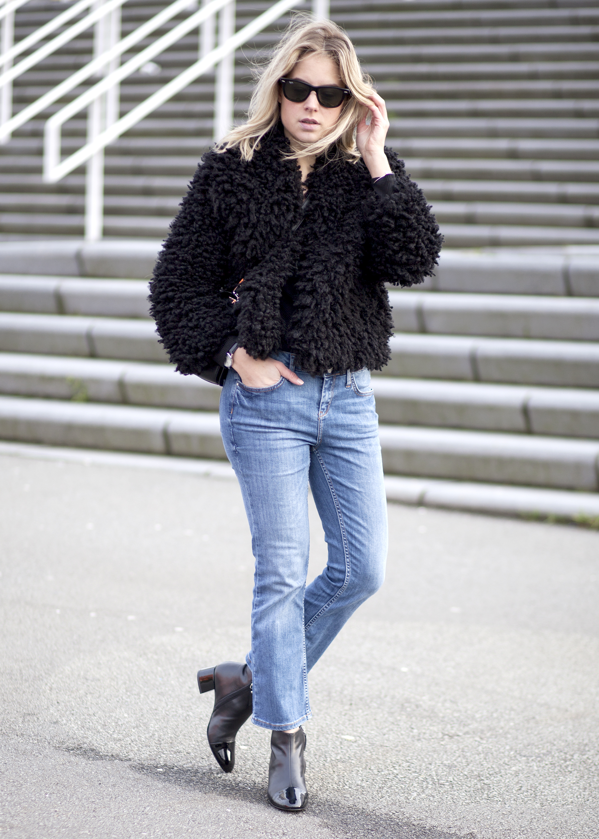 Rosanna van Billie-Rose has created a cute and quirky look by pairing a cropped fluffy jacket and wide legged denim jeans. A similar coat can also be worn with skirts and dresses and is thus versatile and worth a buy! Jacket: Zara, Jeans: River Island, Top: H&M, Boots: Alexander Wang.