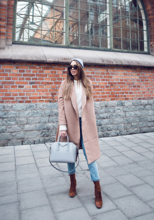 Keep it simple this fall by wearing faded denim jeans, leather ankle boots and a pastel coloured coat like this beige one worn by Kenza Zouiten. Add a cute beanie to get that festive feel. Coat: Make Way, Jeans/Boots: Zara, Bag: Givenchy, Sweater: Acne.