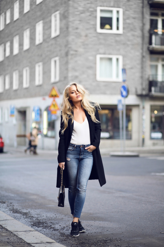 You can never go wrong with a simple white tee and jeans combination. Angelica Blick looks comfy and casual in this simplistic yet classic style! Top/Jeans: Gina Tricot, Coat: Zara, Bag: Chanel.