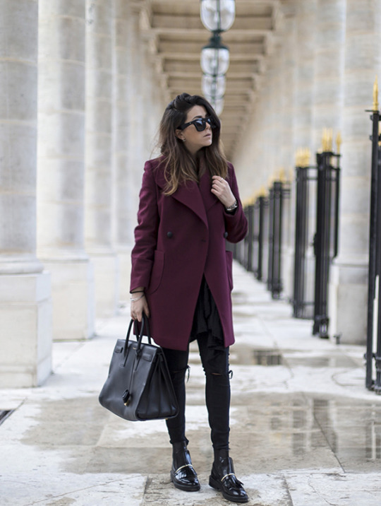 Nicoletta Reggio is a vision in maroon, rocking this gorgeous coat with skinny jeans and edgy black flats. A large bag is also a must as it adds dimension to your look! Coat: fro Gasmy.it,Trousers: Zara, Bag: Saint Laurent, Boots: Asos.