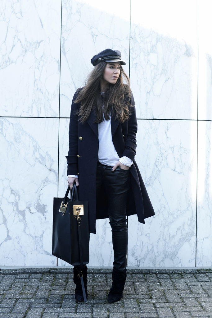 For a cute monochrome style, steal Natalia Cabezas' look by pairing a double breasted navy coat with skinny leather trousers and a stylish peaked cap! Coat: H&M, Top: Zara, Trousers: Muubaa, Bag: Sophie Hulme, Boots: Isabel Marant.