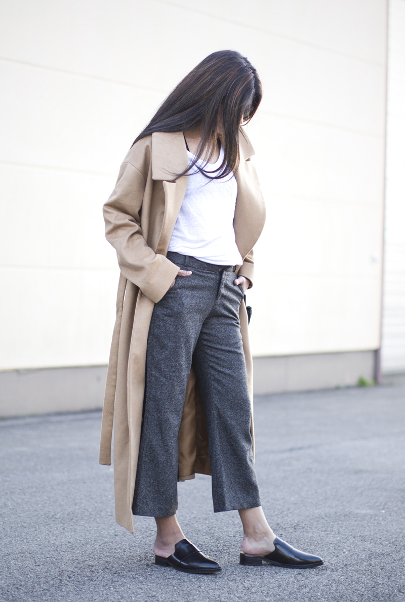 Culotte trousers are the way to go this winter! Laura Dittrich wears this trendy pair with backless loafers and a classic camel coat; a uniquely sophisticated look that you should try! Coat: Cos, Trousers: Few Moda, T-Shirt: Linen T-Shirt Co, Shoes: Mango.