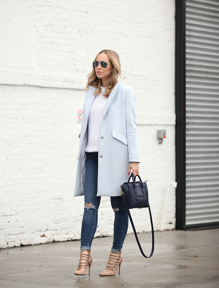 Blue is always a good choice for your winter outfits! Helena Glazer rocks this combination of ripped denim jeans and a pastel blue overcoat; wearing the look with a pair of nude sandals and a cute mini bag. Coat: H&M, Jeans: Topshop, Shoes: Aquazzura.