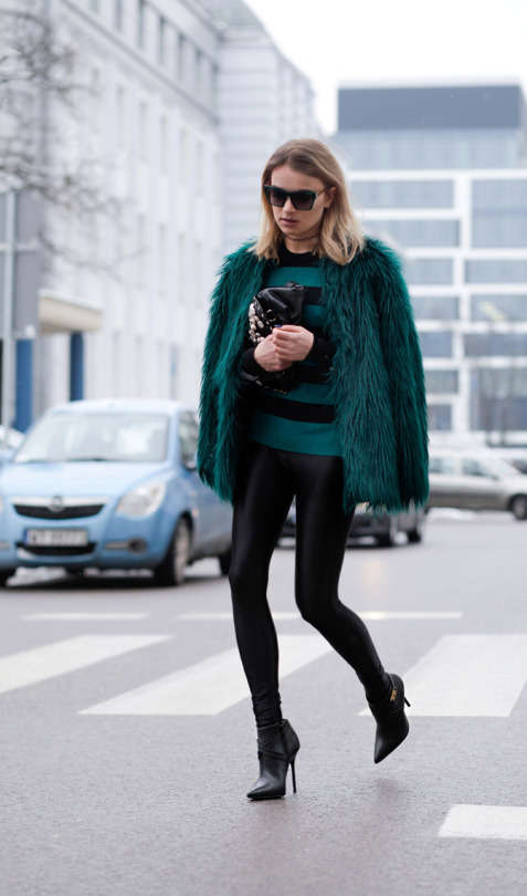 Julietta Kuczyńska looks glamorous and classy in this statement emerald faux fur coat, which she is wearing with a matching striped blouse and minimalistic leather leggings. Faux fur is definitely the way to go for a cute winter outfit! Leggings: New Look, Blouse/Bag: H&M, Shoes: Kazar.