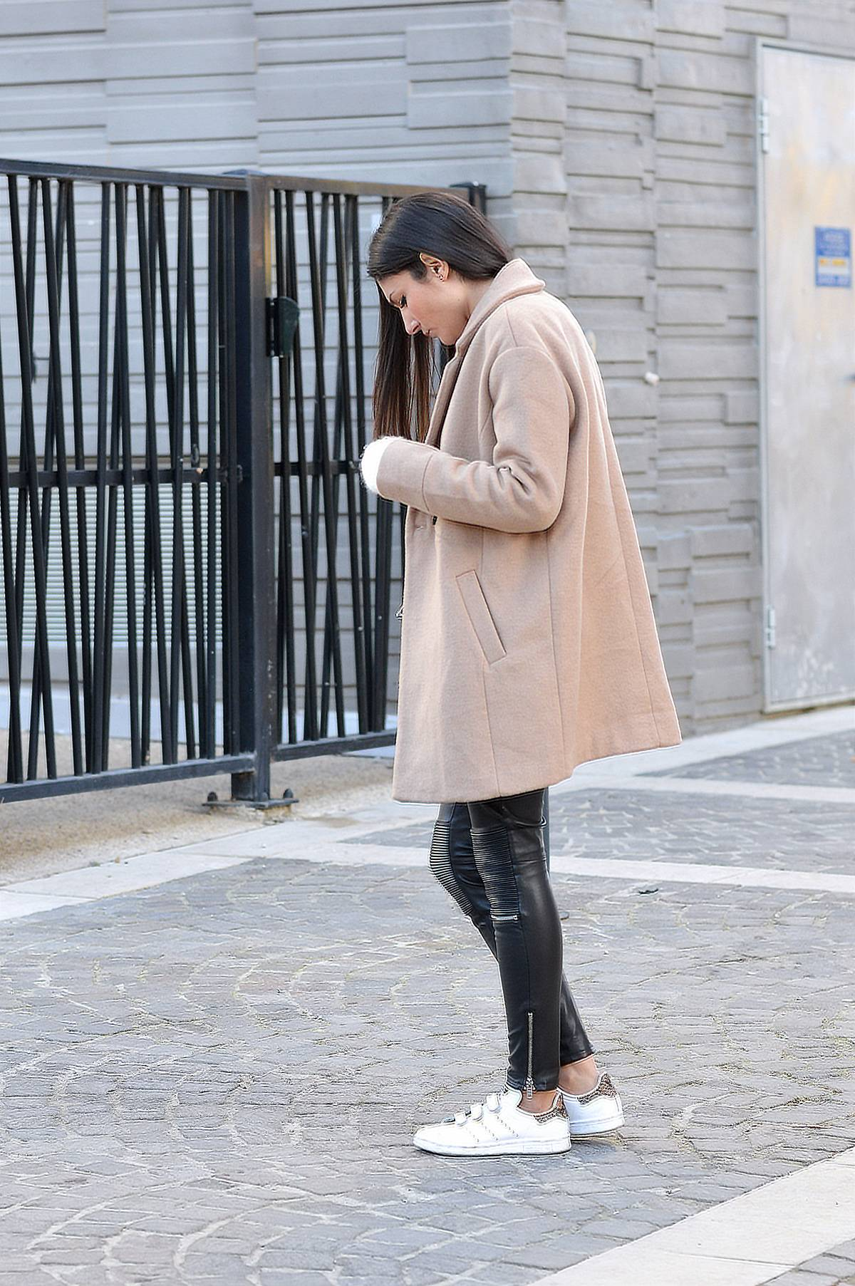 Leather leggings are in this winter! Federica L. shows us exactly how to wear the trend, pairing these zip detailed leggings with a gorgeous camel coat and a pair of Adidas Stan Smiths. Coat: Promod, Sweater/Trousers: Zara, Shoes: Zalando, Bag: André.