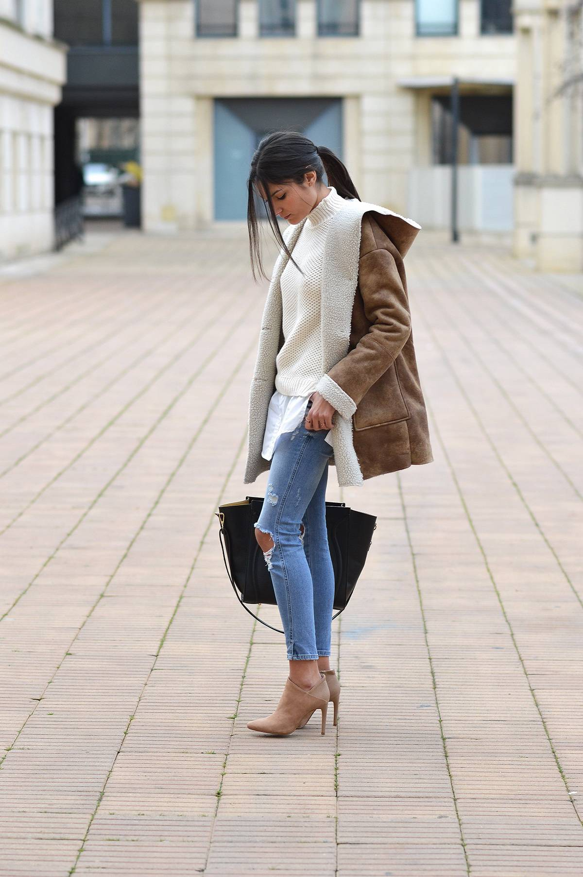 Federica L. combines the shearling and distressed jeans trend here, creating a chic winter aesthetic which you should try! Pair the look with nude heels and a black leather bag to get this style yourself. Coat: Mango, Jeans: Zara, Boots: Espirit, Bag: The Archiduchess.