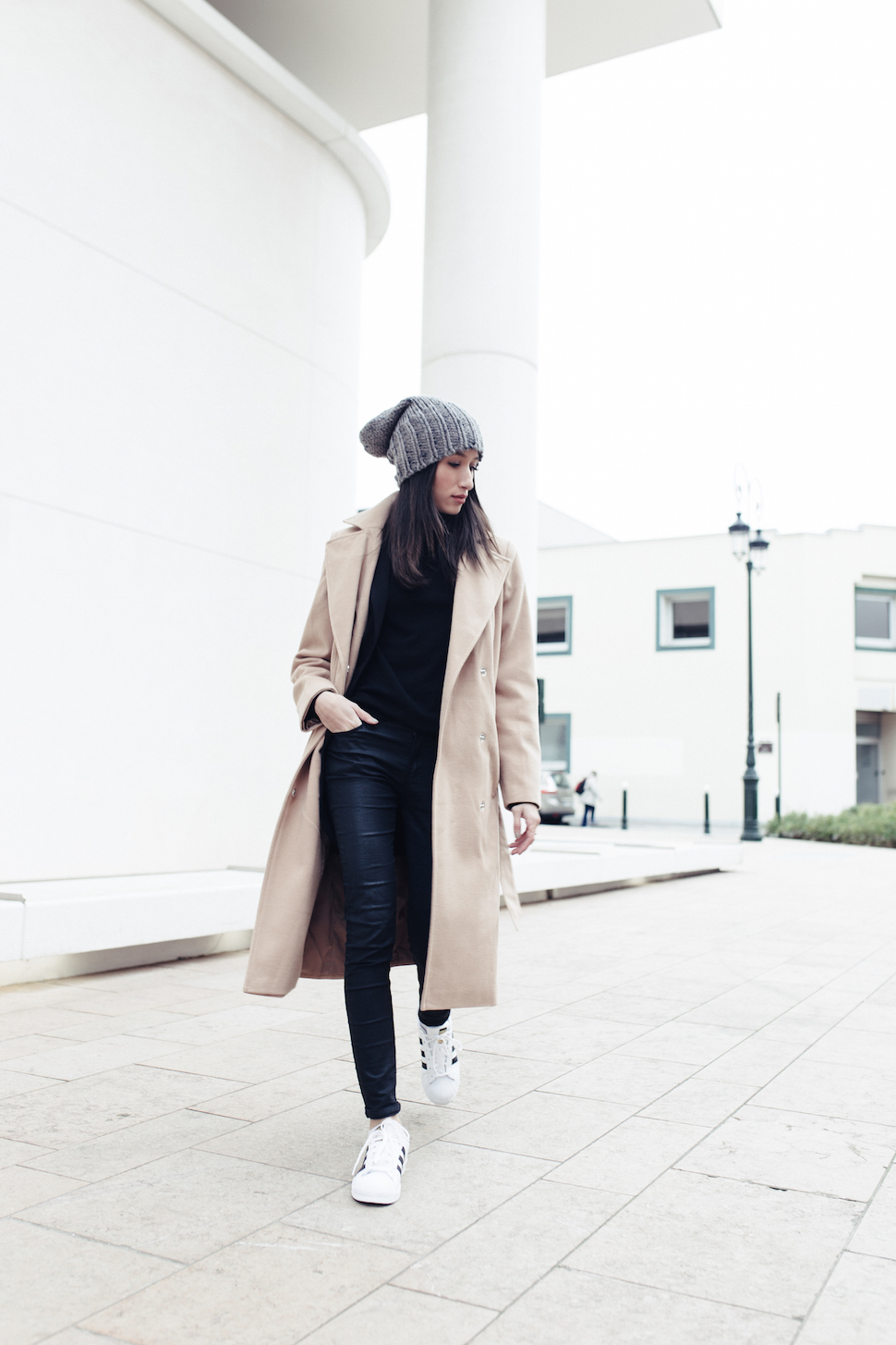 Get inspired and try Alexandra Guerain's winter style by wearing leather leggings with retro sneakers and a beige maxi coat. Throw in a cute knitted beanie to get these cool and casual vibes. Coat: Clockhouse, Blazer/Jeans/Shoes- ICl.