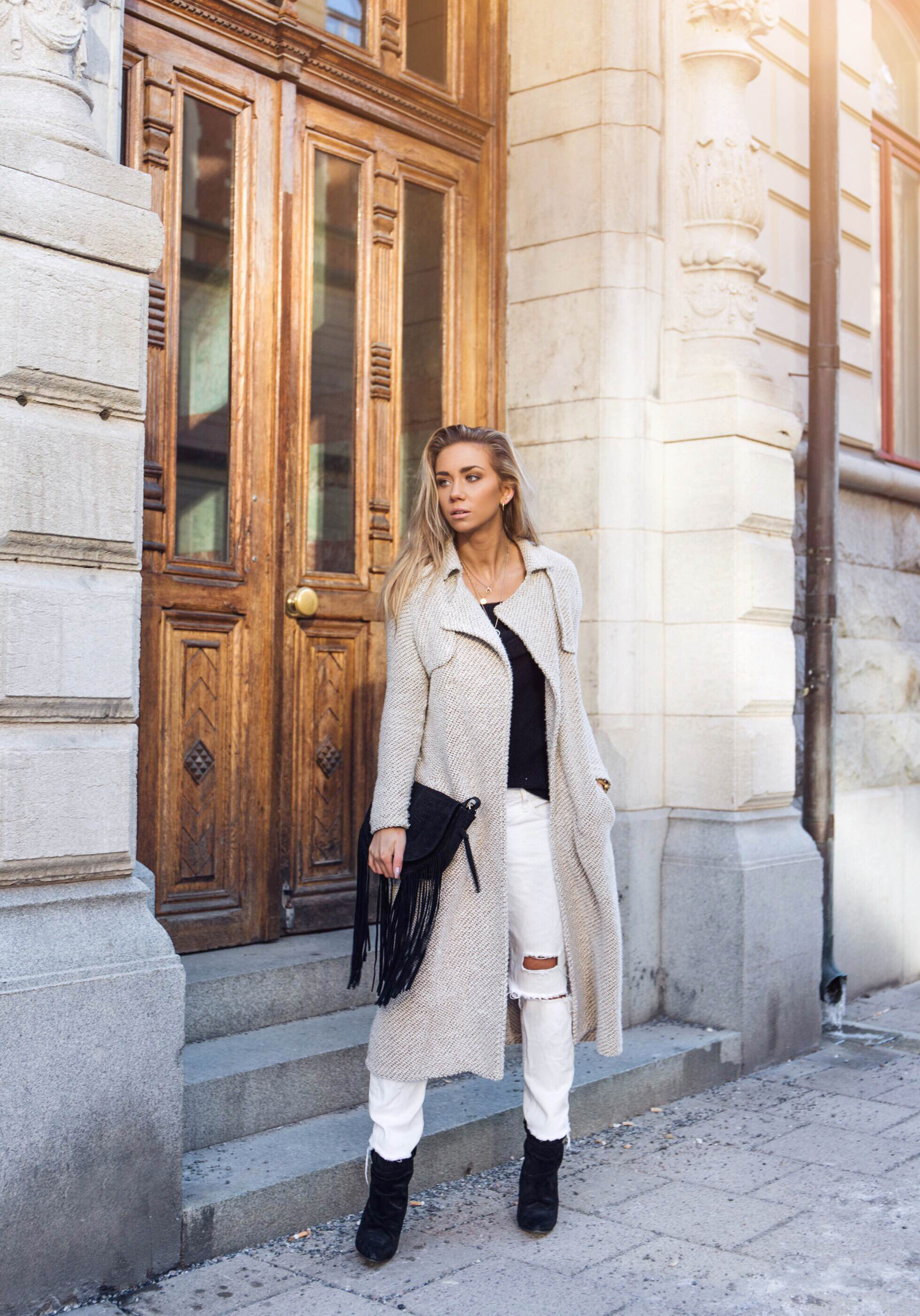 These awesome white combat trousers afford Lisa Olsson an edgy and cool tomboy style, which is countered by the uber femininity of a pale pink maxi coat. We love this hip winter style! Coat/Top: River Island, Jeans/Shoes: H&M.