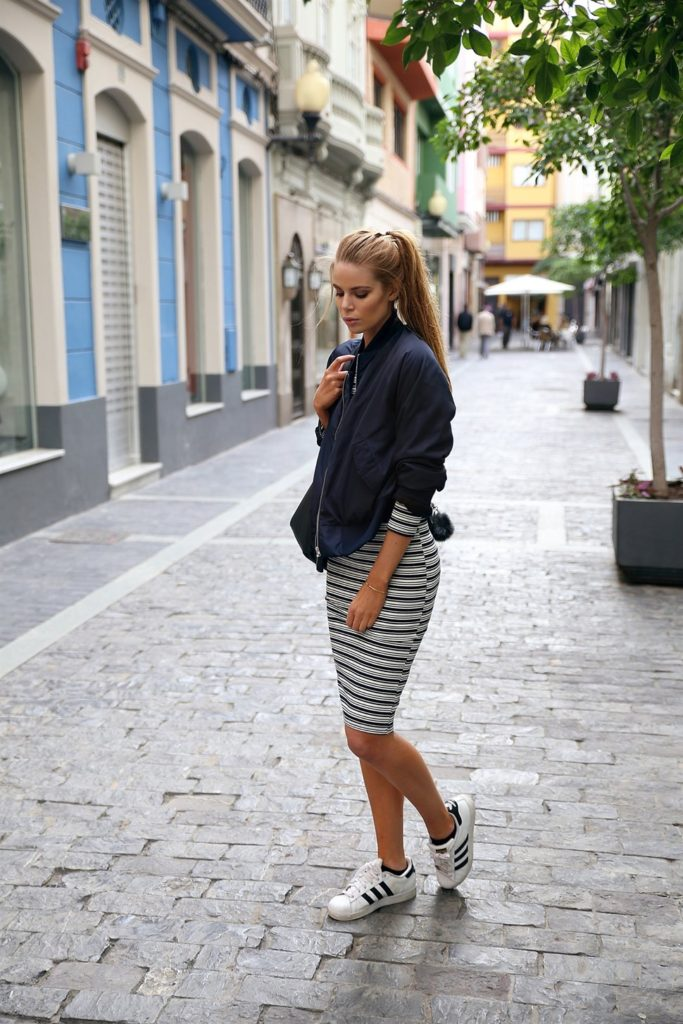 Josefin Ekström shows us how to wear a bomber jacket with dresses, creating a contrast between the tightness of the midi dress and the oversized nature of the jacket. This look is ultra cool, and can be dressed up or down!  Bomber Jacket – Josefin Ekström for Na-kd / Dress – Bershka