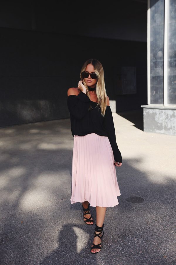 A blush pink pleated skirt will always afford you a beautiful feminine style. Kristin Sundberg is graceful and elegant in this skirt from Verge Girl, paired with an off the shoulder top and strappy sandals. Skirt: Verge Girl, Top: Gina Tricot.