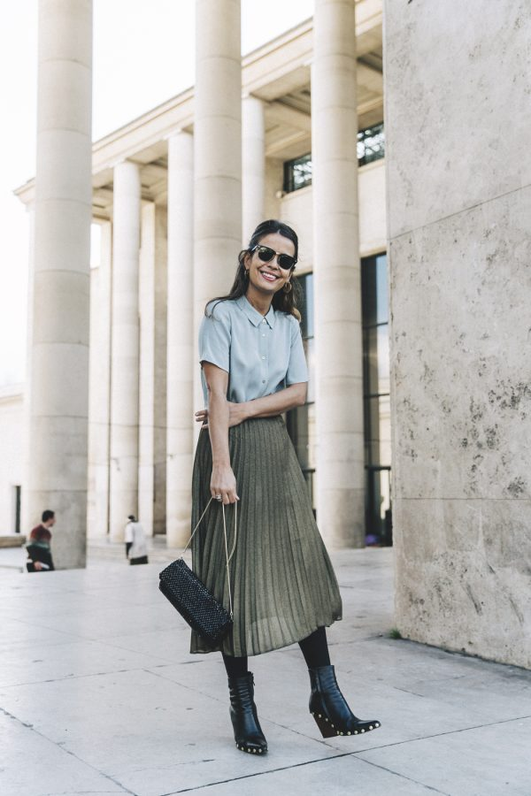 Sara Escudero has created the most gorgeous vintage style here by combining a green pleated maxi skirt with a teal collared blouse and a pair of studded ankle boots. We love this style for a summer day out! Biker Jacket: Sandro, Shirt/Skirt/Bag: Reiss.