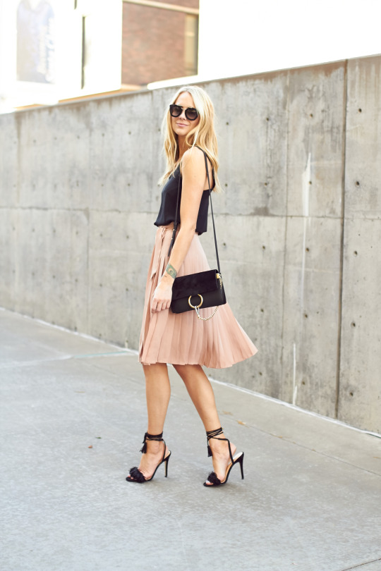 This gorgeous summer style consists of a salmon pink pleated skirt and a black vest, and is the perfect look for hitting the town – day or night!  Amy Jackson looks effortlessly chic, pairing the look with stilettos and a pair of sunnies.   Top: Topshop, Skirt: Ann Taylor, Handbag: Chloe, Sunglasses: Prada, Watch: Daniel Wellington.