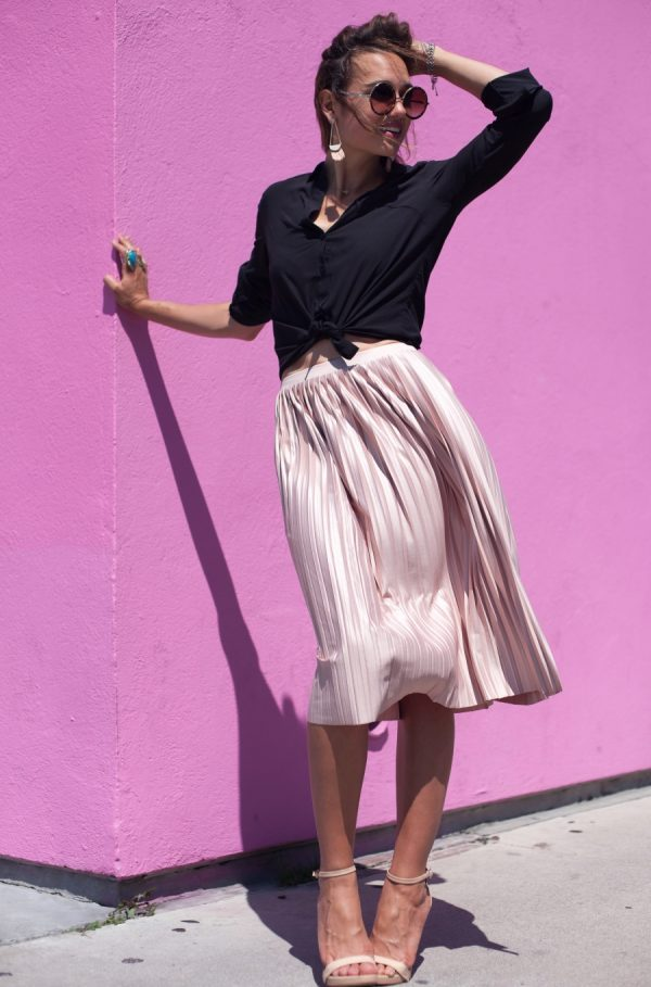 Shalice Noel is looking pretty in pink in this gorgeous pleated midi skirt. This outfit consisting of a skirt and waist-tie blouse is the ultimate summer look, evoking awesome retro vibes! Skirt: Topshop, Blouse: Nordstrom, Heels: Sam Edelman.