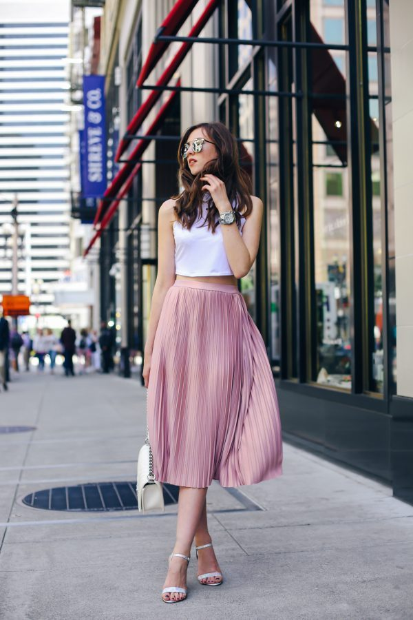 Barbora Ondrackova is absolutely killing this simplistic and ultra feminine style which embraces all that is fabulous about the pleated skirt trend! Matching this midi skirt with a white crop top and a pair of simple sandals, Barbora has created a gorgeous summer style. Top: Topshop, Skirt: Asos, Heels: New Look.