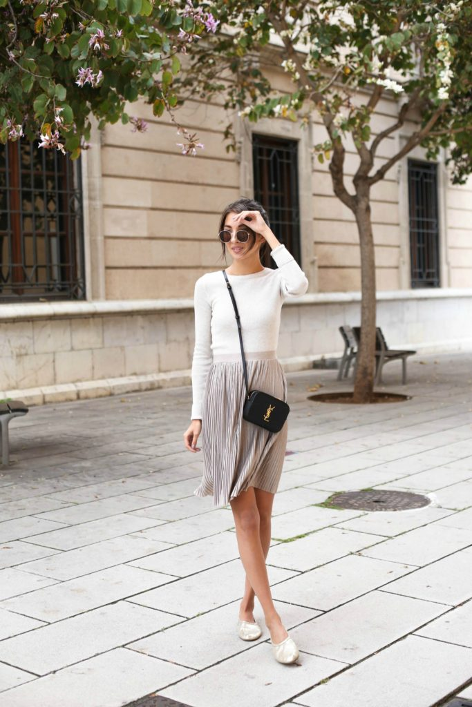 The pleated skirt trend is taking us all by storm this season! Felicia Åkerström is repping the trend in a gorgeous neutral skirt from Monki, paired simplistically with a plain white sweater and pumps. We love the elegance of this look!  Top: Gina Tricot, Skirt: Monki, Shoes: H&M.