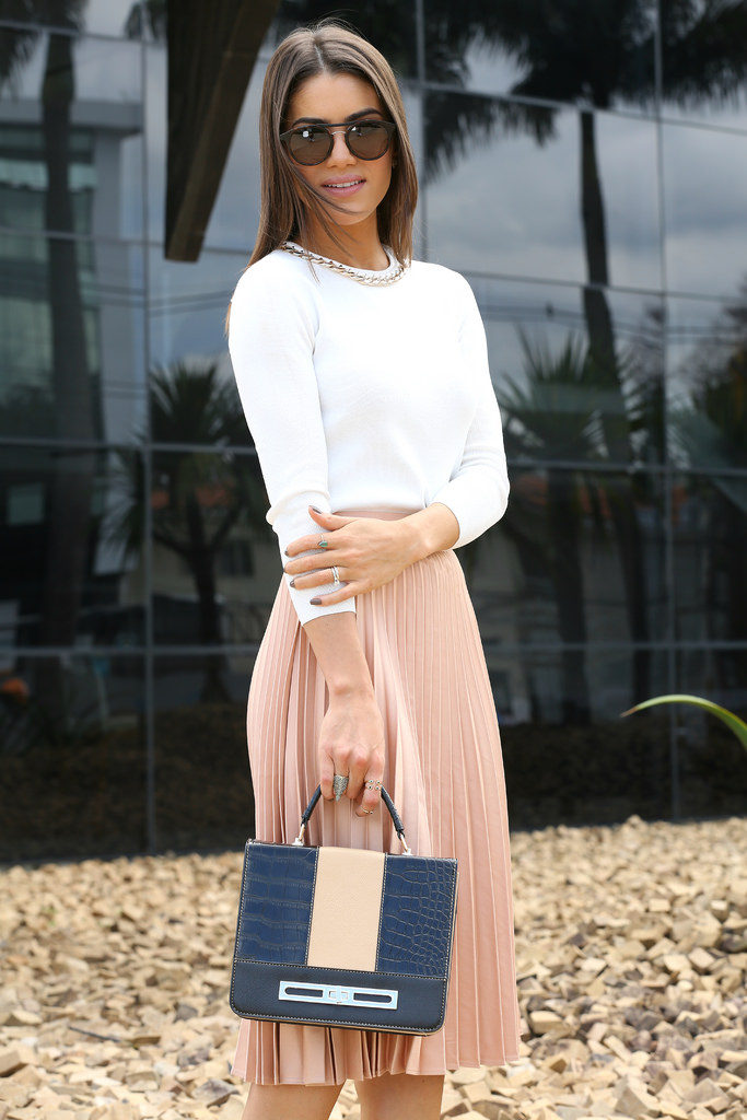 This ultra stylish pleated skirt look consists of a blush pink skirt, a white sweater with silver jewellery, and a beautiful box briefcase from Le Postiche. This kind of style is ideal for spring days, both for work and hitting the town! Via Camila Coelho. Shoes: Jimmy Choo, Skirt: Zara, Top: BCBG, Case: Le Postiche.