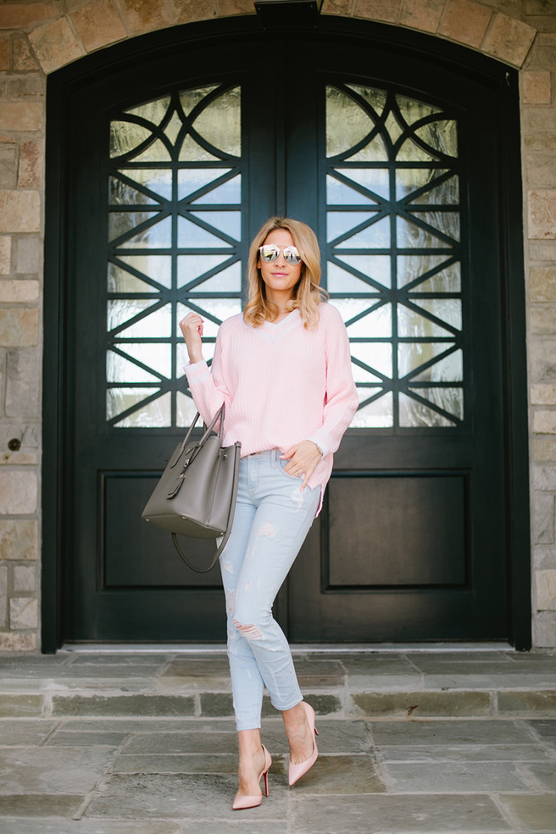 Pastel colours are undoubtedly the best way to bring in the spring! We recommend you definitely try wearing blush pink to get Emily Jackson's cute and feminine style. Sweater: Goodnight Macaroon, Jeans: Elliot, Bag: Prada, Shoes: Christian Louboutin.