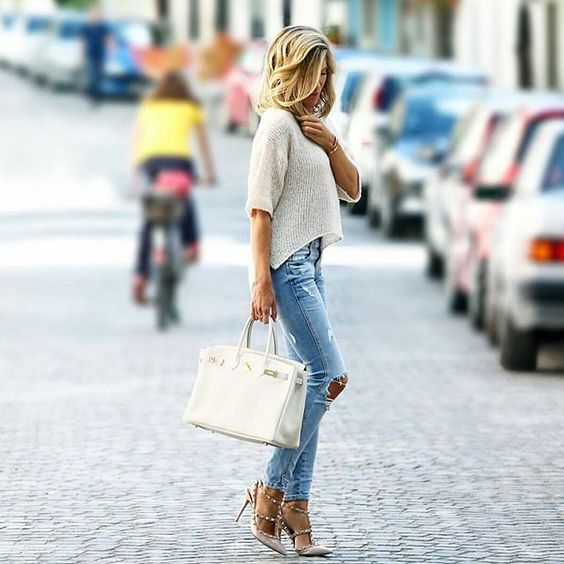 This gorgeous spring look consists of faded denim jeans with ripped detailing, a light white sweater, and nude studded heels. We love the badass nature of these shoes; they completely transform this outfit! Via BS08111 Instragram. Jeans/Top: Zara, Shoes: Valentino.