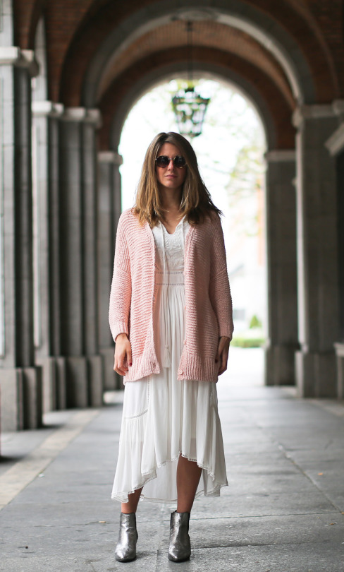 Knitwear is still a definite trend as we come into spring! Izortze Setien demonstrates just how cute summer knitwear is in this blush pink cardigan, worn over a beautifully detailed sheer white dress. American Vintage Knit/Dress: LOOKIERO, Boots: Maje.