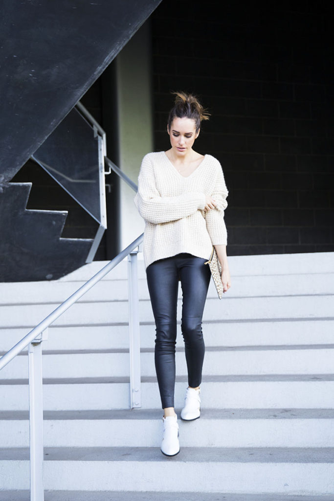 Louise Roe is rocking a stylish monochrome style consisting of leather leggings and a cream knit sweater in a spring outfit perfect for those cooler days. You can even spruce this look up with a printed clutch like this leopard print piece to steal Louise's awesome style!  Sweater: Wilfred, Trousers: Ralph Lauren, Boots: Senso.