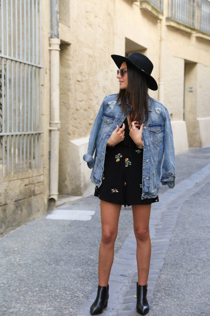 Florals are a must for any classic spring look. Pairing a cute black embroidered playsuit with Chelsea boots and an oversized denim jacket, Federica L. looks super cute and ready for spring!  Playsuit: Zara, Jacket: Stradivarius.
