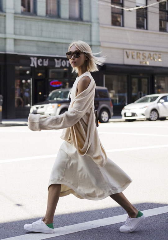 Vanessa Hong is rocking an alternative spring style consisting of a gorgeous sweater dress and cute knit cardigan. This look embraces all neutral colours for an elegant and summery style which we love!   Sweater Tunic: Thplab, Bag: Gucci, Trainers: Senso.