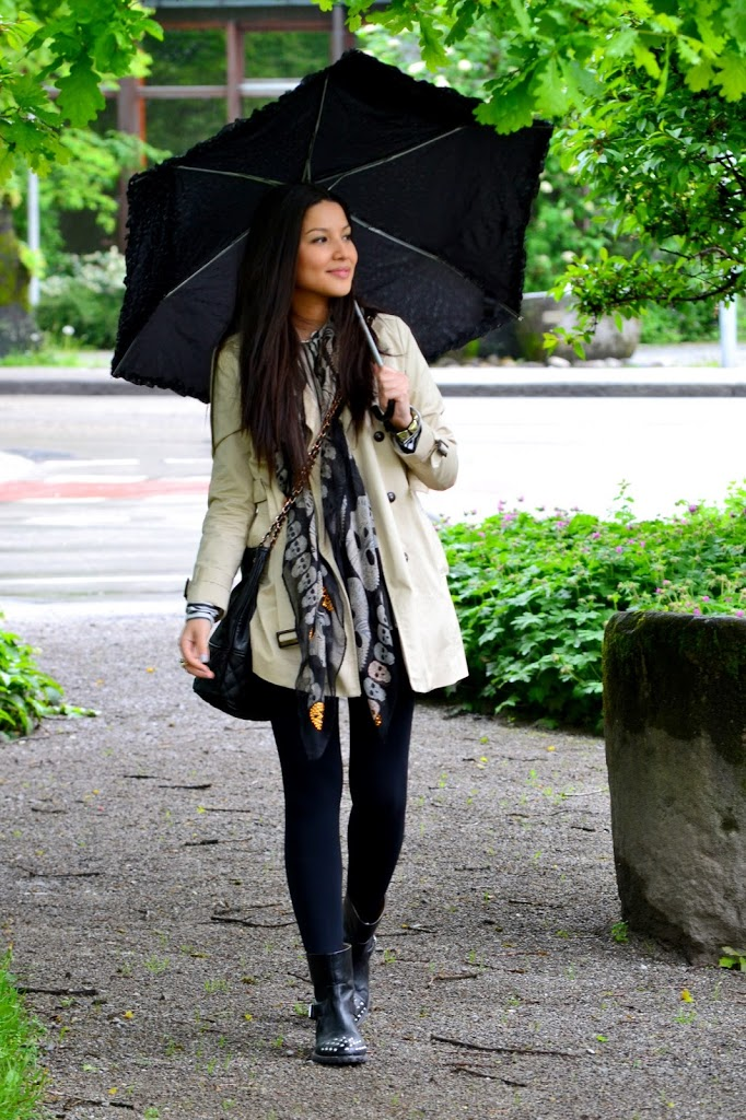 7e3f18098 Consuelo Paloma looks cute and ready for those April showers in this pretty  beige trench, worn with simple black leggings and studded ankle boots.