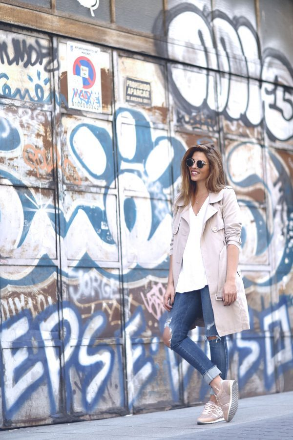 Another simple but stylish trench coat outfit combination is seen here in Natalia Cabezas' outfit of ripped jeans, a plain white tee, sneakers, and a pastel coloured trench coat. Trench: Asos, Jeans: Diesel, Sneakers: Deichmann.