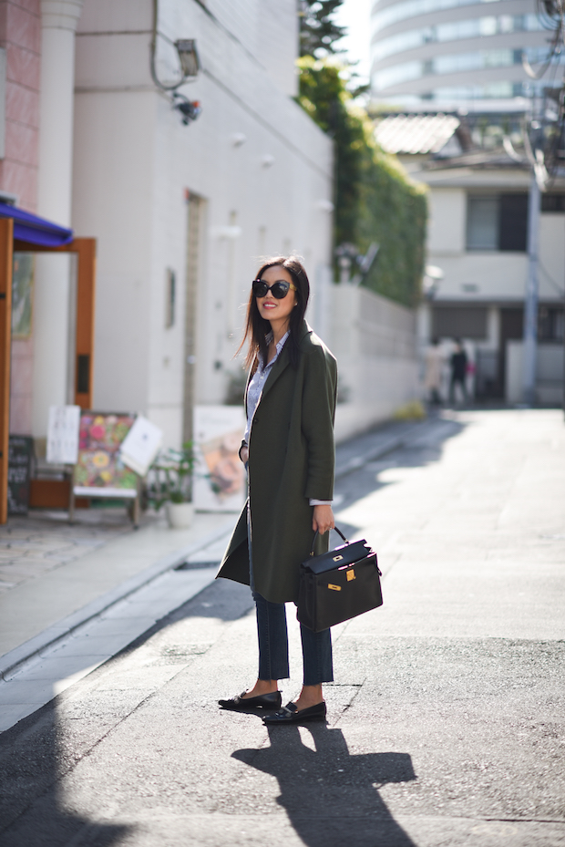Ann Taylor creates a classic loafer style by pairing these with cropped cigarette trousers, a blouse, and an oversized smart jacket. Wear this with shades and a satchel to get a work outfit to die for!   Blouse – Comme des Garcons, Jeans: Mother Denim, Coat: Mute by JL, Loafers: Chanel, Purse: Hermes.