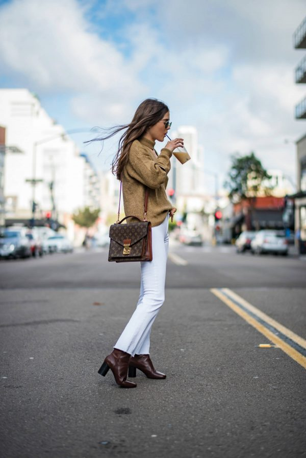 Bust the myth that white jeans are exclusively for summer, and wear a pair with a knit sweater and boots for a cool and casual fall look! We are loving the contrasting colours of Paola Alberdi's outfit; there is no better way to wear this trend! Jeans: Nobody Denim, Boots: Dolce & Gabbana.