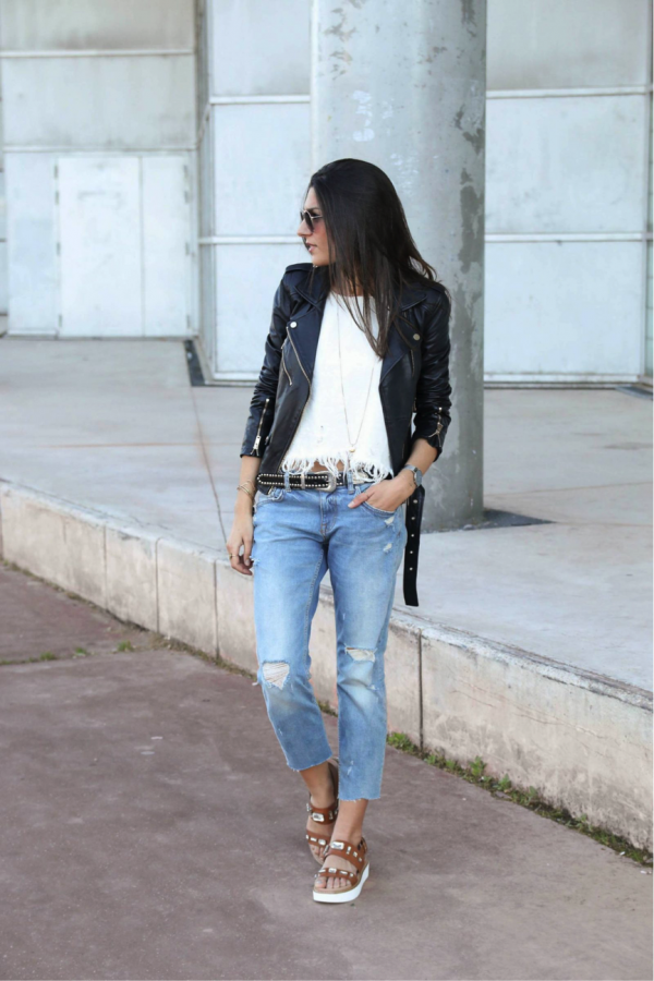 Federica is effortlessly wearing the distressed trend; her cropped jeans match perfectly with the white top and black leather jacket. The frayed edges give this look a really casual feel, and we cannot get enough of it! Top/Jeans: Zara, Sandals: Stradivarius, Jacket: Pull&Bear
