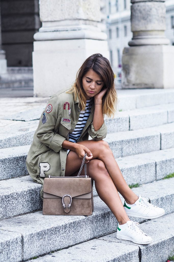 Patches will always look great on a khaki military style jacket! This classic trend is never going to go out of fashion, and Nina is absolutely smashing the look. Wear a jacket like this with sneakers and a tee to grab yourself this awesome style.   Jacket: Zara, Tee: Sheinside, Shoes: Adidas, Bag: Gucci.