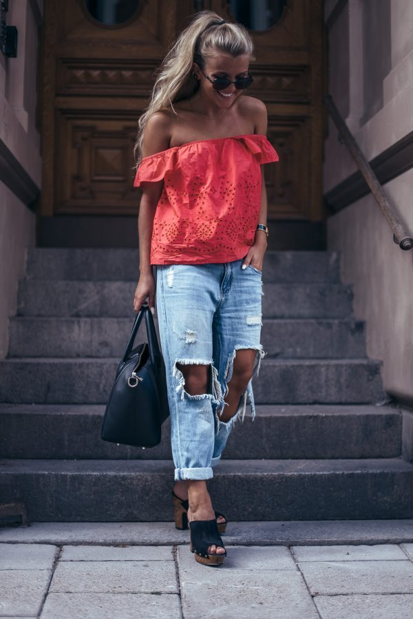 Molly Rustas demonstrates an easy way to jazz up an otherwise simple look; we are in love with the distressed denim jeans, and think that they look awesome with the bright coloured summer tee. Jeans: Forever21, Top: Zara