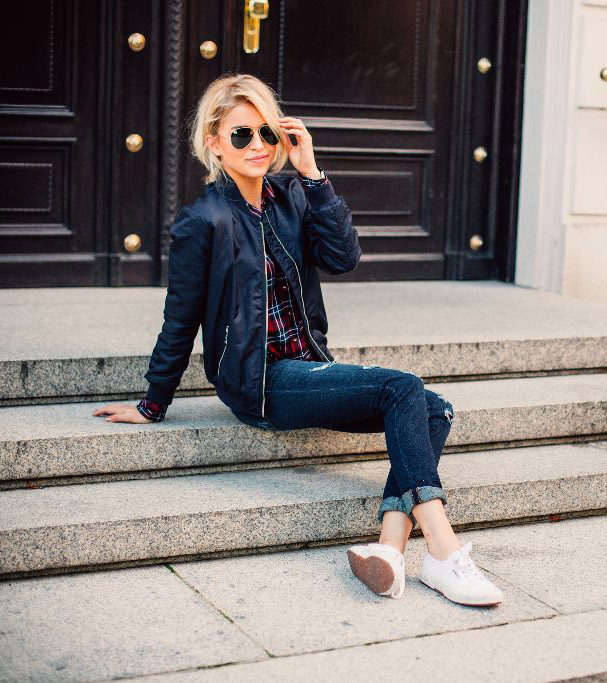 Caro Daur looks fresh and youthful in her cool bomber jacket and plaid shirt. Opt for a shearling jacket for this fall and you can finish the look with either sneakers like Caro, or block ankle boots to add a little drama. Shirt: S Oliver Red Label, Jeans: S Oliver Red label, Jacket: S Oliver Red Label, Shoes: Superga, Sunglasses: Ray Ban
