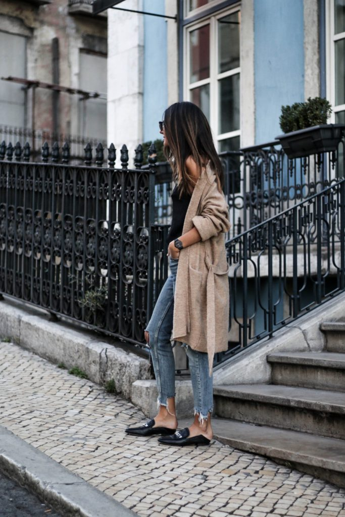 Knitwear is making it's annual return this fall, and you have got to be ahead of the trend! Federica L. wears a stylish beige boyfriend cardigan with distressed denim and loafers for an authentic seasonal style.   Cardigan: Mango, Jeans: Bershka, Top: Stradivarius.